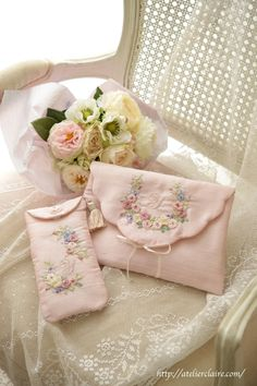 Hand Embroidery Flowers, Embroidery Bags, Flower Embroidery Designs, Embroidery Patterns Free, Embroidery Fashion, Embroidery Stitches, Handmade Purses, Sewing Art, Creations
