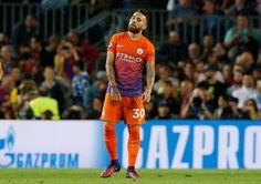 Nicolás Otamendi se ve abatido después de Lionel Messi anotó