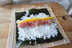 Zelf sushi maken is zo moeilijk nog niet! Sushi Recipes, Asian Recipes, Ethnic Recipes, Poke Bowl, Sashimi, Mediterranean Recipes, Pasta, Lunch, Fish