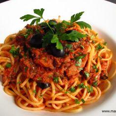 Spaghetti Napoli - Spaghetti mit Tomatensauce am Pasta-Freitag: Ein Gericht, das von hervorragenden Zutaten u. einer frischen, fruchtigen Tommatensauce lebt