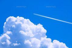 青空と入道雲と飛行機雲 (c)KIYOTSUGU TSUKUMA/a.collectionRF