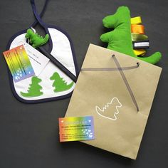 A dinosaur gift set for a newborn boy is now leaving: bib with appliques, pacifier clip and stuffed tag toy, all together in their eco-friendly custom packaging! Bye bye!