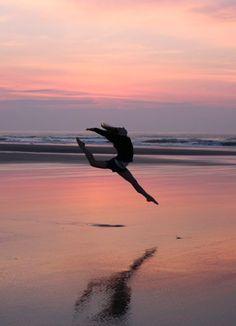 Beach hacks, beach tips, ballet photography, beach photography, photography Dance Photography Poses, Gymnastics Photography, Dance Poses, Beach Photography, Dance Picture Poses, Yoga Poses, Gymnastics Pictures, Dance Pictures, Beach Pictures