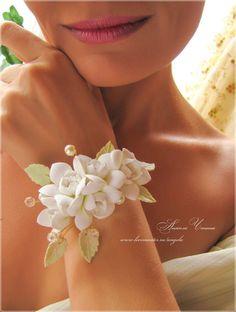 Свадебный браслет с нежными цветами из фоамирана.  Цветочный весенний браслет для невесты.  Браслет с весенними белыми цветами.