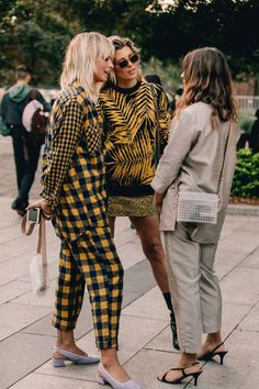 Tap the picture for more street style inspiration seen during Sydney Fashion Week. T Shirt Streetwear, Style Streetwear, Cool Street Fashion, Street Chic, Paris Street, Fashion Weeks, Fall Fashion Trends, Autumn Fashion, Spring Fashion