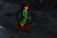Een Afghaans meisje speelt dinsdag op straat in Kandahar in het zuiden van Afghanistan. beeld AFP