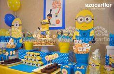 Y no podían faltar estos personajes tan populares: los Minions. La paleta de colores es bastante obvia: amarillo y azul turquesa con toq...