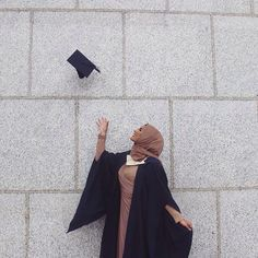 Inshallah may my Hijab and outfit look as fleeky as this(Habiba Da Silva) on my graduation day Ameen Graduation Picture Poses, Graduation Photoshoot, Grad Pics, Graduation Pictures, Graduation Outfits, Graduation Pose, Muslim Girls, Muslim Women, Habiba Da Silva