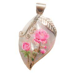 Pendentif en argent 925 et nacre blanche sur lequel est peint un bouquet de roses roses à l'aquarelle rehaussé de feuilles d'or