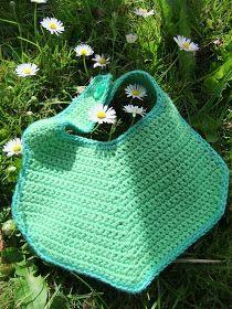 D´jo hanne: Nu med opskrift Crochet Baby Bibs, Crochet For Boys, Crochet Gifts, Crochet Toys, Knit Crochet, Chrochet, Baby Knitting Patterns, Baby Sewing, Diy Baby