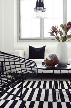 Via Likainen Parketti | Black and White | Ikea Stockholm Rand Rug | Bertoia Wire Chair