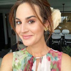 Ready for the wedding  selfie para mostrar o cabelo by @didierse com flor @candybrown.official - acho que nunca tinha usado flor assim e amei! - e a maquiagem para o casório #mxwedding. Vic Ceridono   Dia de Beauté