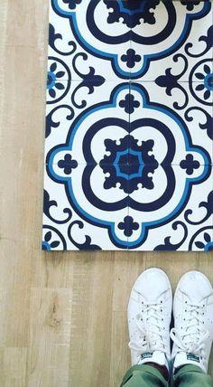 """Le motif """"Tea-Time"""" travaillé dans des nuances de bleu sur fond blanc, qui rappelle la jolie porcelaine de nos grand-mères ... revisitée si elle est associée à des Stan Smith ! Carreaux de ciment BAHYA BAHYA cement tiles www.bahya-deco.com"""