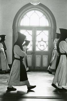 東京国立近代美術館で、戦後の修道院や刑務所で生きる人々を映した写真展「奈良原一高 王国」 | ニュース - ファッションプレス