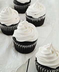 Learn how to make these caramel filled, marshmallow frosting topped, moist chocolate cupcakes – they're so simple! If you're looking for a gourmet cupcake to make for a birthday, these Caramallow cupcakes are a great choice! Marshmallow Frosting, Cupcake Frosting, Cupcake Cakes, White Frosting, Cup Cakes, Cupcake Muffin, Gourmet Cupcakes, Yummy Cupcakes, Mini Cupcakes