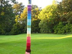 Farola forrada de lana...yarnbombing en el parque