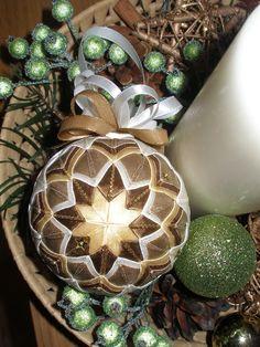 vánoční ozdoba z nových stuh: smetanová- máslová- tan- hnědá se zlatem..