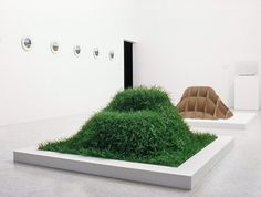 Fauteuil Terra, design Nucléo, 2002. Carton biodégradable. Pousse de pelouse autour de la structure.