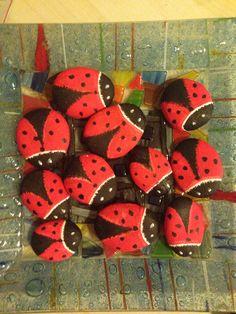 Rocks bugs Garden Junk, Love Rocks, Garden Stones, Cute Crafts, Painted Rocks, Arts And Crafts, Beetles, Ladybugs, Dragonflies