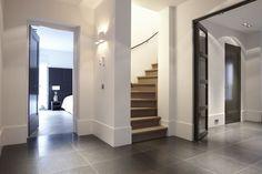 strak stucwerk moderne maar sfeervolle verlichting en mooie hoge plinten!: