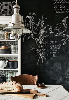 Black wallpaper that works as a chalkboard. This black wallpaper, chalkboard type allows you to create and design anything you wish on your walls. Kitchen Chalkboard, Blackboard Wall, Chalk Wall, Shop Interior Design, House Design, Ideas Hogar, Slow Living, Black Wallpaper, Funky Wallpaper