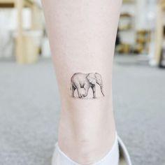 Mini tattoo: 26 desenhos para quem gosta de delicadeza Animal Tattoos For Women, Tattoos For Women Small, Small Tattoos, Mini Tattoos, Cute Tattoos, Tatoos, Ear Tattoos, Finger Tattoos, Body Art Tattoos