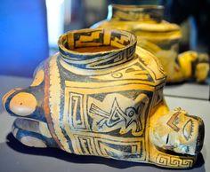 Museo de las Culturas del Norte. Esta vasija que representa aun mujer en posición relajada, es una de las más bellas representaciones humanas que se exhiben en este recinto de la zona arqueológica de Paquimé, Chihuahua.