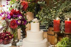 Bolo branquinho + flores de cores fortes = <3