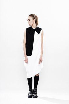 Midi-Kleid mit geometrischem Muster: schwarz weißes Kleid mit asymmetrischem Muster / black and white midi dress with asymmetrical pattern made by Maria Queen Maria via DaWanda.com