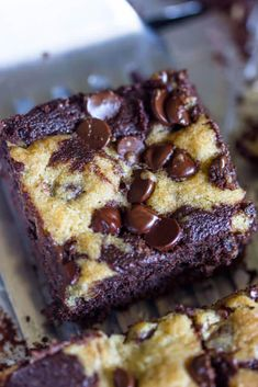 Chocolate Chip Cookie Brownies You guys! Let me start off by saying how excited I am to sure these delicious chocolate chip cookie stuffed brownie bars with you today. These bars are so creative yet so simple and are seriously t… Brownie Cookies, Chocolate Chip Cookie Brownies, Chocolate Desserts, Chocolate Chips, Cookie Dough Brownies, Cream Cheese Brownies, Oreo Brownies, Brownie Batter, Cheesecake Brownies