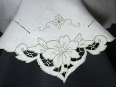 Image result for Um 1930 alte, quadratische Mitteldecke, Richelieu-Stickerei Blumen • EUR 15,00 - PicClick DE