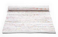 Skønt kludetæppe fra Rug Solid i god kvalitet i primært hvidt tilsat s