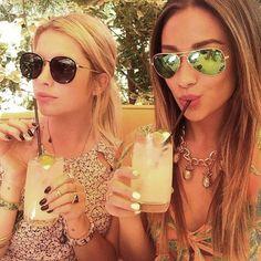 Amies avec cocktail à la main sur une terrasse