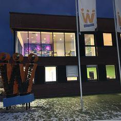 Glasfassade mit Sonnenschutzglas und Firmensymbol von FEINER Marina Bay Sands, Building, Travel, Black Lips, Garden Cottage, Viajes, Buildings, Destinations, Traveling