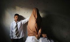 Sposi bambini. Un giovane sposo di 15 anni e la sua sposa, di 14, durante la loro festa di nozze a Beith Lahiya, nella Striscia di Gaza (Reuters/Mohammed Salem)