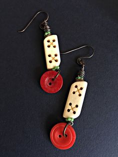 Earrings Everyday: Cute As A Button Red Button, How To Make Earrings, Projects To Try, Art Projects, Artisan, Handmade Jewelry, Buttons, Drop Earrings, Beads
