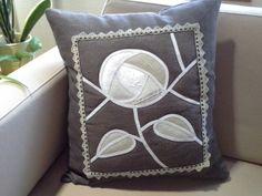 Muistojen tyyny. Vanhojen pellavaliinojen ja -pitsien uusiokäyttöä. Throw Pillows, Bed, Toss Pillows, Stream Bed, Decorative Pillows, Decor Pillows, Beds, Scatter Cushions