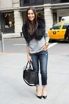 33 Luxurious Fur Scarf Ideas to Keep You Warm in Fall - Trend Outfits Casual Chic, Sweatshirt Outfit, Street Chic, Street Style, Rich And Skinny Jeans, Faux Fur Stole, Look Formal, Winter Stil, Streetwear