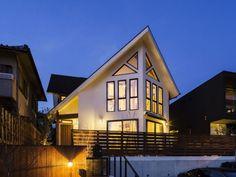 【アイジースタイルハウス】外観。大屋根と三角窓が特徴の、木の温もりを感じる家