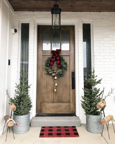 32 Amazing Farmhouse Christmas Porch Decor And Design Ideas. If you are looking for Farmhouse Christmas Porch Decor And Design Ideas, You come to the right place. Below are the Farmhouse Christmas Po. Christmas Front Doors, Christmas Door Decorations, Christmas Wreaths, Front Porch Ideas For Christmas, Lawn Decorations, Winter Decorations, Snowman Decorations, Christmas Ornaments, Winter Home Decor