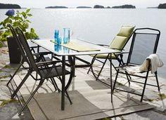 Kesäpöytää voi siirtää puutarhan eri puolille.