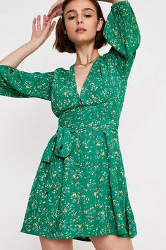 Faithfull The Brand - Robe courte Margoà imprimé floral vert | Urban Outfitters FR Urban Outfitters, Faithfull The Brand, Plunging Neckline, Fitness Models, Wrap Dress, Mini, Floral, Green, How To Wear
