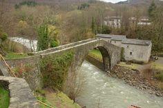Brug van Castruccio. Oude tolbrug in Toscane nabij het plaatsje Popiglio. De rivier was eeuwenlang de grens tussen Lucca en Pistoia
