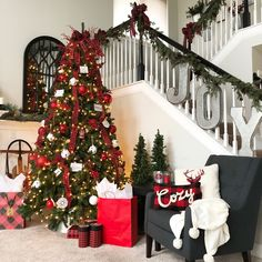 Christmas Staircase decoration ideas are here. From staircase to railings to below the staircase to Christmas Entryway decor ideas are here. Christmas Staircase Decor, Christmas Lights Garland, Christmas Entryway, Beautiful Christmas Decorations, Cabin Christmas, Small Christmas Trees, Country Christmas, Xmas Decorations, Christmas Holidays