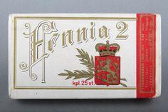 Forssan museo. Strenbergin tupakkatehtaan suorakaiteen mallinen Fennia 2-savukerasia, jonka kannen on suunnitellut Julius Syrén & Co, Tampereelta.