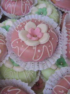 Couronne glaçée recette de Mme Benberim Algerian Recipes, Little Cakes, Cordon Bleu, Cookie Desserts, Biscotti, Icing, Donuts, Blog, Sweets