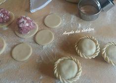 Panadas con pulpedda ( ripieno di salsiccia ) Biscotti, Nutella, Calzone, Antipasto, Croissant, Ravioli, Hamburger, Icing, Pudding