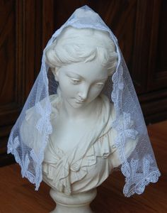 I love this mantilla with bows for a first communion. Sigh. So pretty!