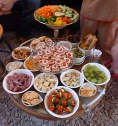 Because I'd rather be with my guests than working in the kitchen, this mini buffet. Antipasto, Finger Food Appetizers, Appetizer Recipes, Snack Recipes, Party Food And Drinks, Snacks Für Party, I Love Food, Good Food, Yummy Food