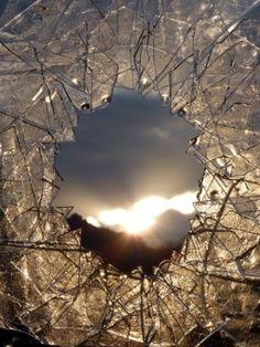 Au coeur de la couronne de glace - Installation,  40x50 cm ©2012 par Alain Bernegger -